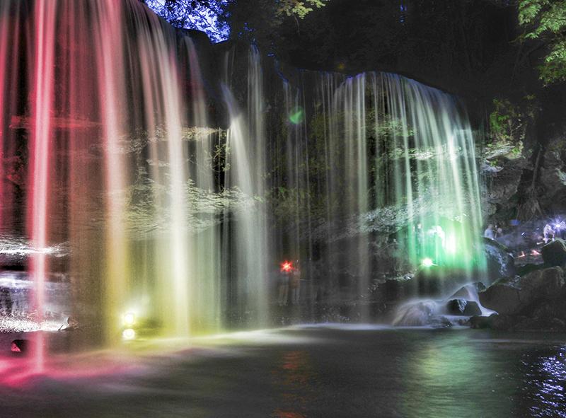 白糸の滝にてライトアップとプロジェクションマッピング